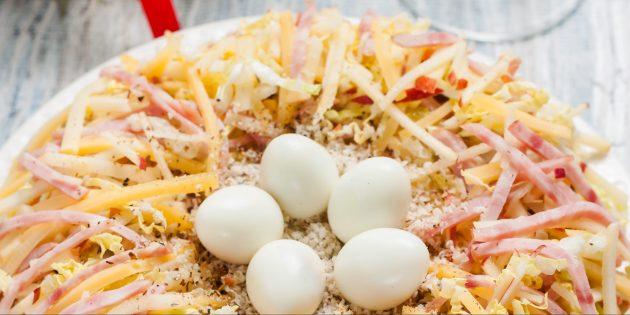 Салат «Гнездо глухаря» с сыром, ветчиной и яблоком