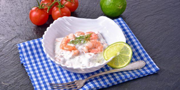 Салат с креветками, яйцами, кукурузой и огурцом: простой рецепт