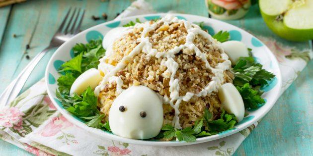 Салат «Черепашка» с грецкими орехами, черносливом и курицей