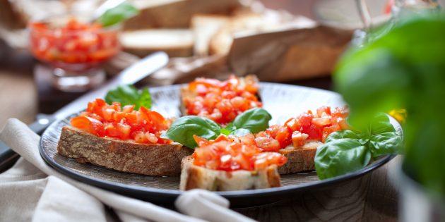Бутерброды на праздничный стол с помидорами, болгарским перцем и базиликом