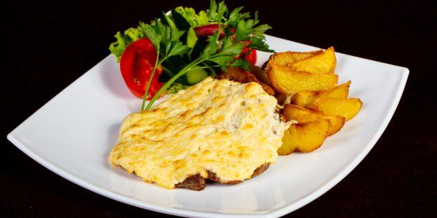 Мясо по-французски с картошкой и луком под соусом: простой рецепт