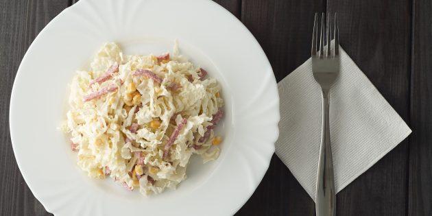 Салат с копчёной колбасой и пекинской капустой