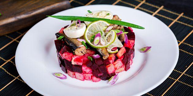 Салат с рыбными консервами, свёклой и морковью: простой рецепт