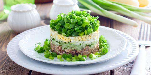 Салат с рыбными консервами, огурцом, яйцом и зелёным луком