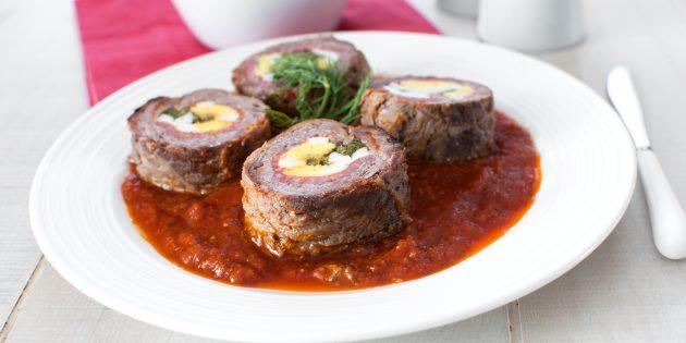 Мясной рулет из свинины с яйцами и корнишонами
