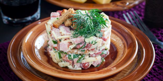 Салат с копчёной курицей, фасолью и сухариками