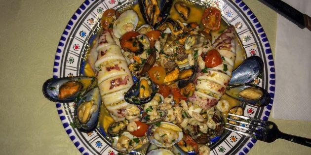 Фаршированные кальмары с морепродуктами: простой рецепт
