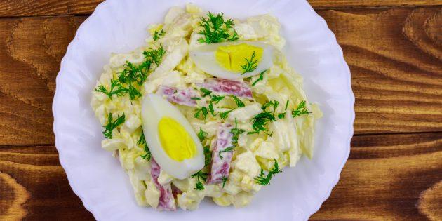Салат с копчёной колбасой, яйцами и капустой: простой рецепт
