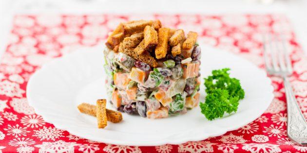 Салат с копчёной колбасой, фасолью и сухариками