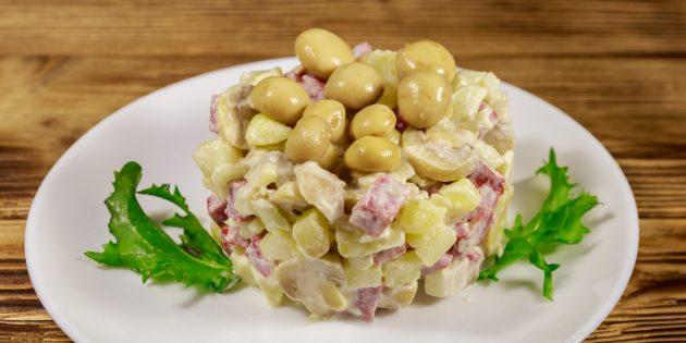 Салат с копчёной колбасой и грибами