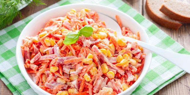 Салат с копчёной колбасой, корейской морковью и кукурузой: простой рецепт
