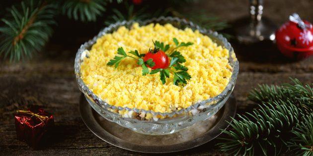 Салат с рыбными консервами, сыром и яйцами