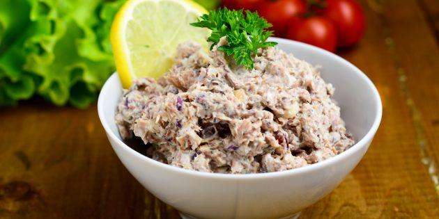 Салат с рыбными консервами, рисом, яйцом и луком
