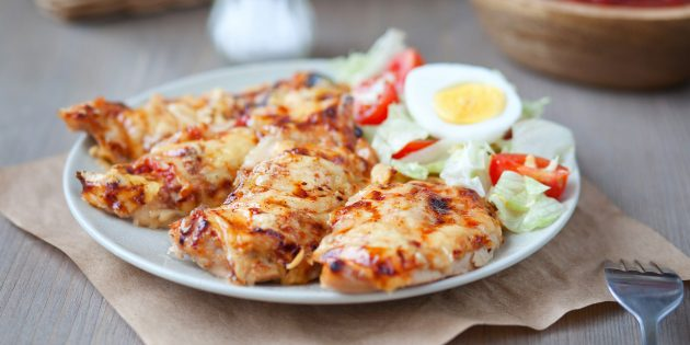 Куриное филе с сыром и помидорами: простой рецепт