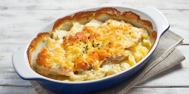 Курица с картофелем, беконом, сыром и сливками в духовке
