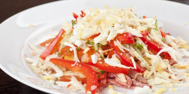 Салат с копчёной колбасой, сыром и перцем