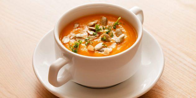 Тыквенный крем-суп с сухариками и фисташками
