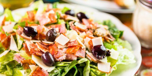 Салат с копчёной колбасой, сыром и маслинами