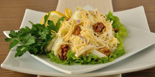Салат с грецкими орехами, сыром и яблоком: простой рецепт