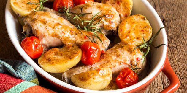 Курица с картошкой, луком и помидорами в духовке