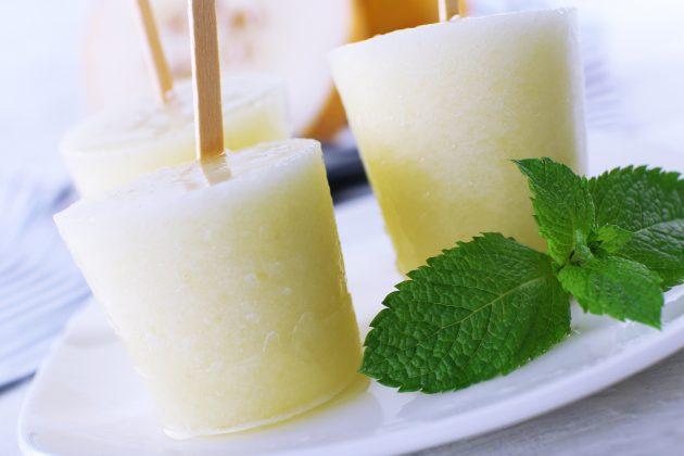 Десерт из дыни с ромом, лаймом и мятой