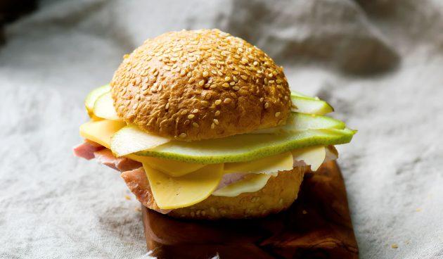 Сэндвич с ветчиной, сыром и грушей