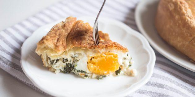 Простой сырный пирог с яйцами и шпинатом