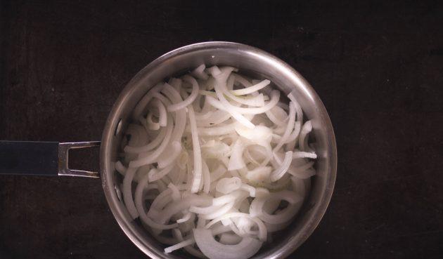 Тарт с грушами, карамелизированным луком и фетой: Бросьте в сотейник лук и жарьте на среднем огне