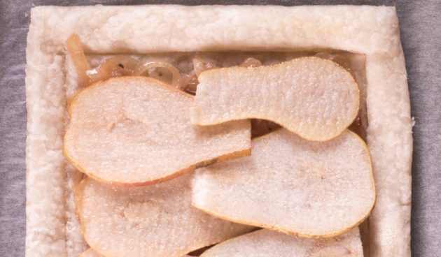 Тарт с грушами, карамелизированным луком и фетой: Выложите начинку