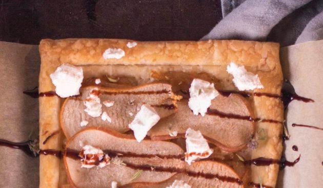 Тарт с грушами, карамелизированным луком и фетой