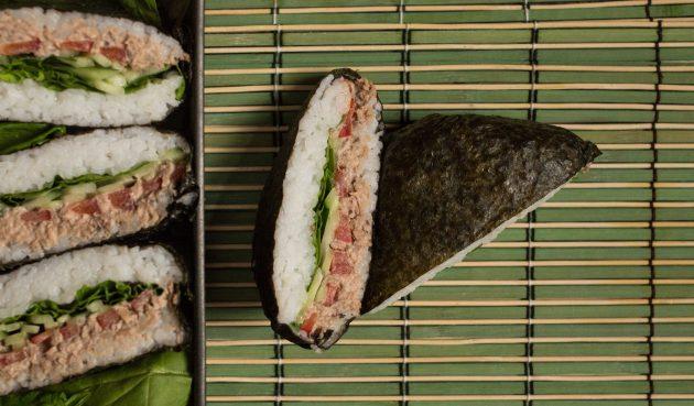 Классический суши-сэндвич онигирадзу с тунцом и шпинатом