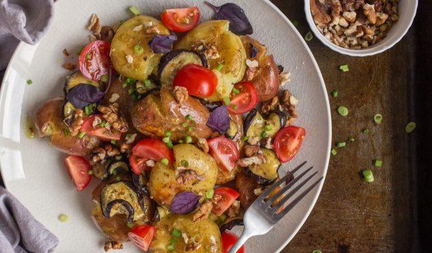 Тёплый картофельный салат с баклажаном и горчичной заправкой