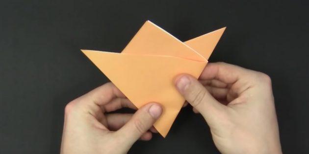 как сделать снежинки из бумаги: загните левую часть