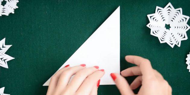 как сделать снежинки из бумаги своими руками: согните фигуру