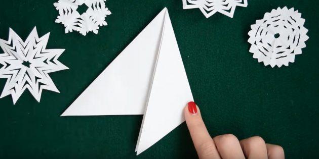 как сделать снежинки из бумаги своими руками: загните правую часть