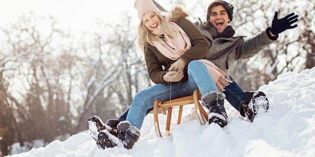 Зимние развлечения: катание с горки на санках