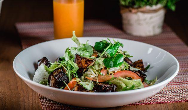 Тёплый диетический салат с говядиной и баклажаном
