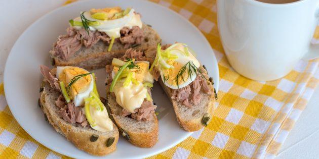Бутерброды с тунцом, йогуртом и яйцом