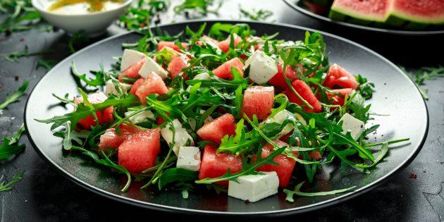 Салат с арбузом, фетой, руколой и бальзамической заправкой