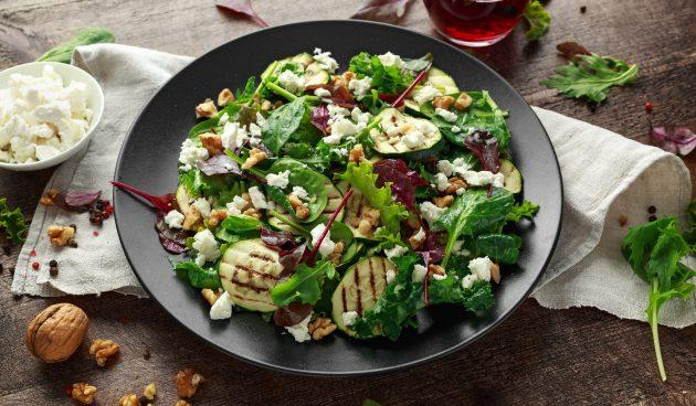 Гриль-салат из цукини, зелени и феты