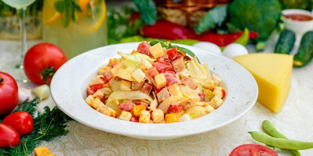 Салат с курицей, помидором, пекинской капустой, сыром и сухариками