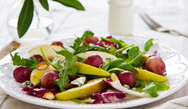 Салат с грушей, козьим сыром и беконом