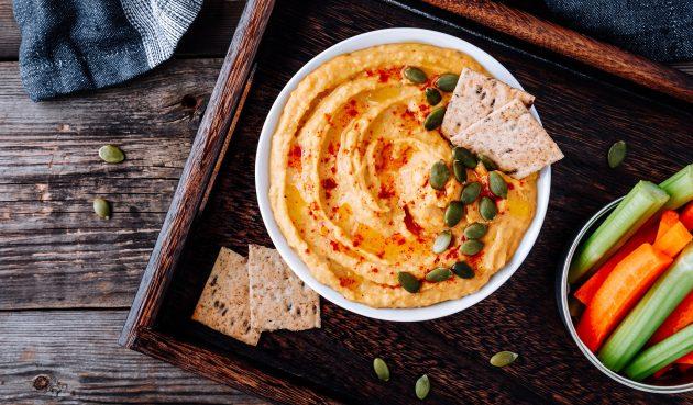 Тыквенный хумус с арахисовым маслом и запечённым чесноком