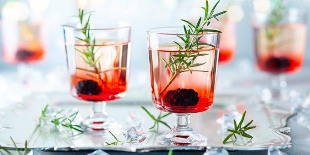 Безалкогольный коктейль с яблочным соком и ежевикой