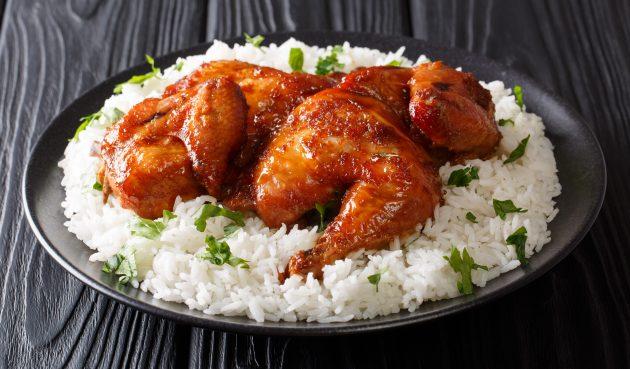Целая курица, запечённая с имбирём, чесноком, острым перцем и лаймом