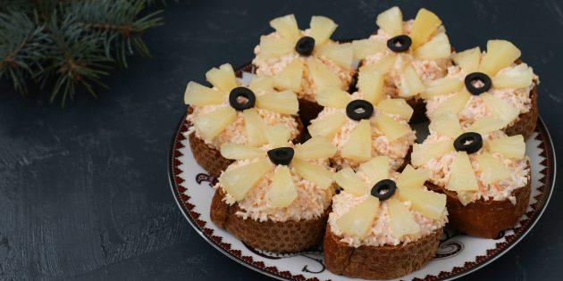 Бутерброды с крабовыми палочками, сыром и ананасами