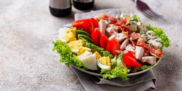Кобб-салат с ветчиной, яйцами, авокадо, помидорами черри и голубым сыром