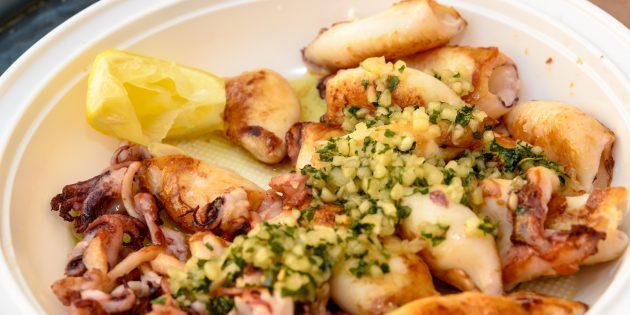 Жареные кальмары с чесноком и орехами: простой рецепт