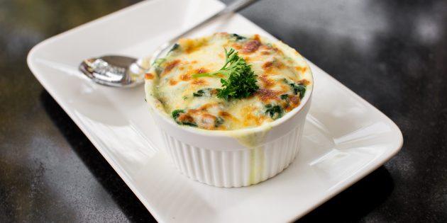 Лазанья со шпинатом, колбасой и сыром в микроволновке