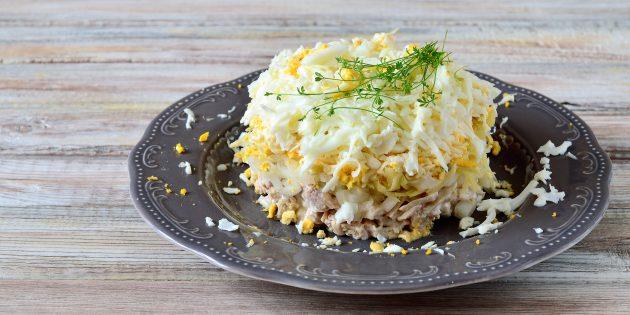 Простой рецепт салата с курицей, картошкой, яйцами, сыром и маринованным луком